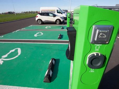Bornes voitures électriques : 100 millions d'euros d'aides pour développer les stations d'autoroute