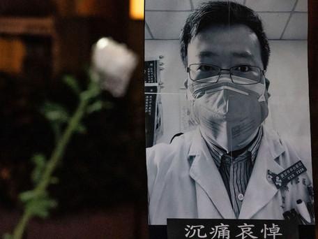 1 an après le décès, des milliers de Chinois rendent hommage au médecin lanceur d'alerte Li Wenliang