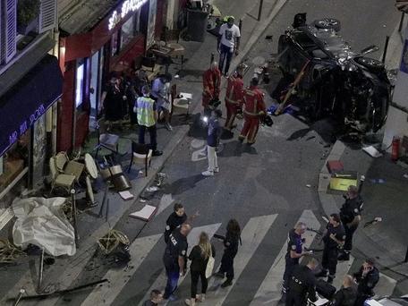 Paris : une voiture a percuté une terrasse de bar, bilan une morte, six blessés