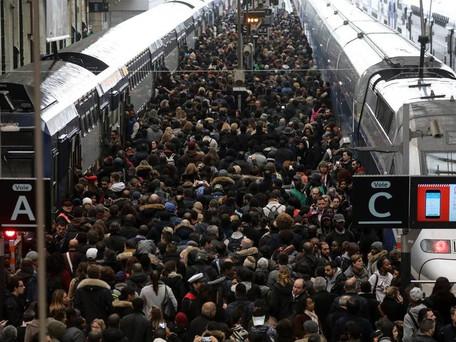 SNCF : Tous les trains quittant Paris sont pris d'assaut, exode massive des parisiens en province