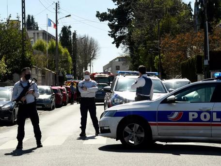 """Attaque au couteau à Rambouillet : Macron """"Contre le terrorisme islamiste, nous ne cèderons rien"""""""