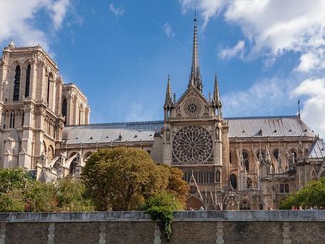 """Notre-Dame : Deux ans après l'incendie, """"nous tiendrons"""", Macron promet de rebâtir"""