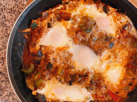 Idea de comida rápida con huevo y verduras.