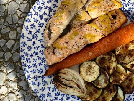 Otra idea para cenar: salmón al horno con verduras