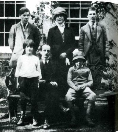 James Barrie avec la duchesse de Sutherland et quatre des garçons Llewelyn Davies, en 1911. A l'arrière (de gauche à droite) : Geroges (18 ans) ; la duchesse ; Peter (14ans) ; A l'avant :  Nico (7ans) ; James (51 ans) ; Michael (11ans)