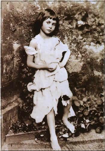 La photo la plus célèbre d'Alice Liddell, déguisée en mendiante. Photo prise par Charles Dodgson lui-même.