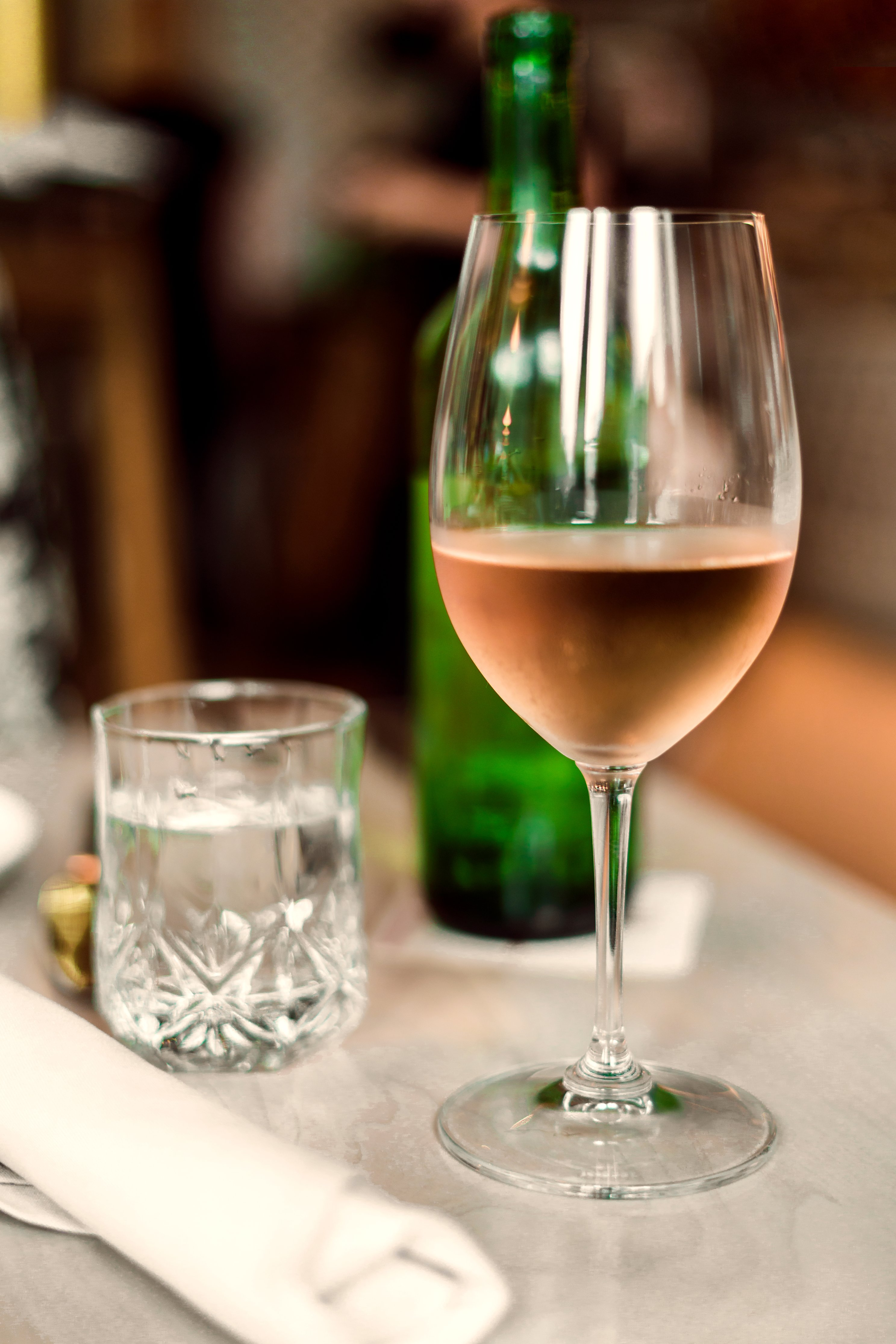 rose-wine-on-table_4460x4460