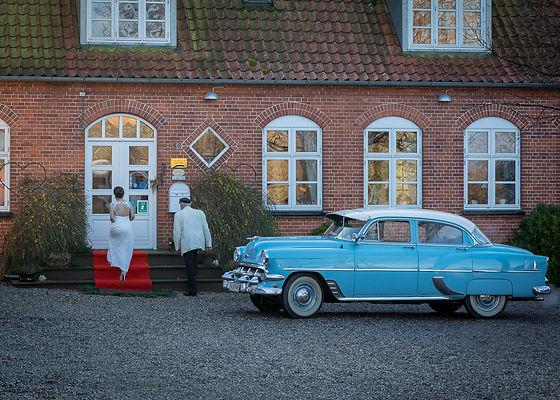 Bride arriving fo wedding