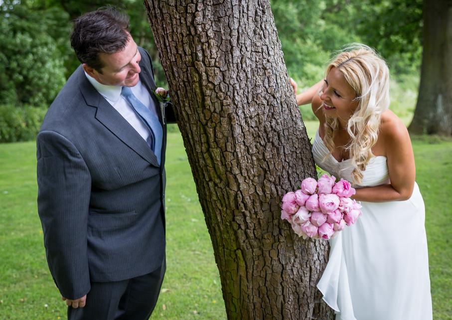 Jungshoved Præstegaard brudepar ved træ.