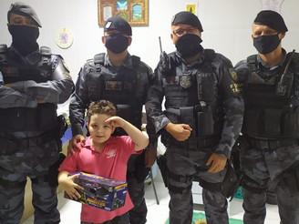 Criança com autismo recebe visita surpresa da Força Tática em Sinop