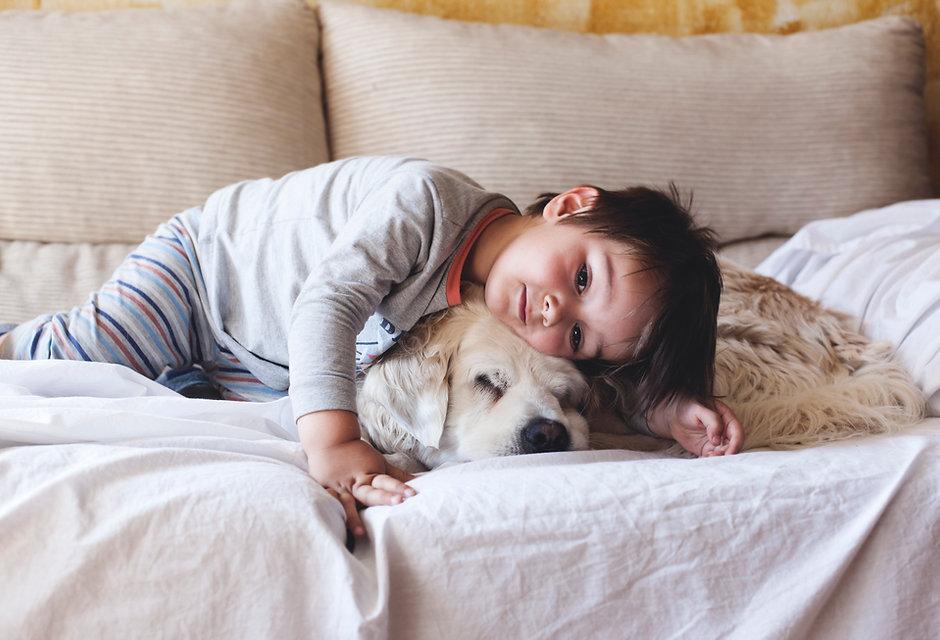 Junge Kuscheln mit seinem Hund