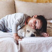 Chłopiec przytulanie z psem