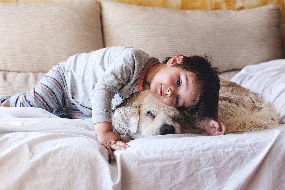 Dreng Cuddling med sin hund