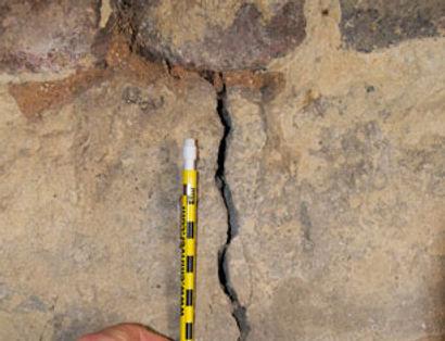 Grieta producida por movimiento del terreno en cimentación.