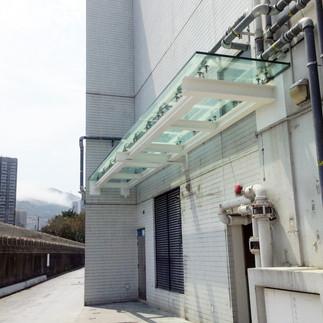 增設玻璃屋簷篷
