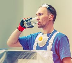 obrero tomando agua.png