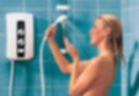 Девушка под душем из проточного водонагревателя
