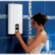 проточный водонагреватель и девушка