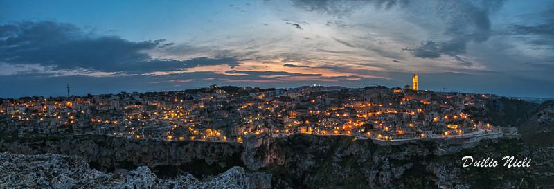 Paesaggio di Matera illuminata vista dal Belvedere Murgia Timone
