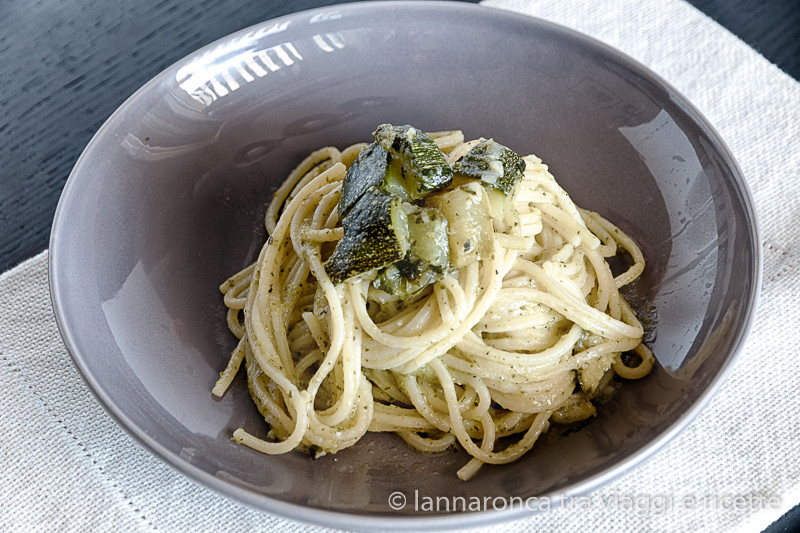 spaghetti con il pesto di zucchine cotte