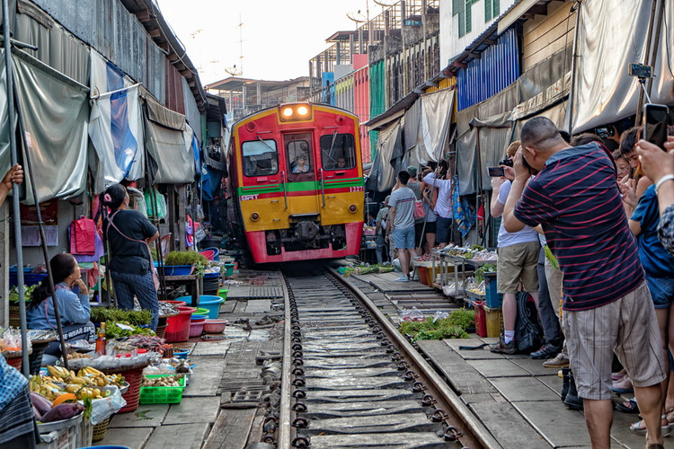 Mercato sulla ferrovia Maeklong