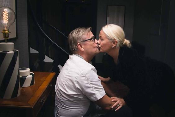 Här pussar vi igång årets Bröllopssäsong💋 Fotograf Hanna Bäfver lyckades få en bild på oss❤️