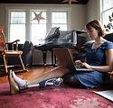 Femme avec amputé utilisant un ordinateu
