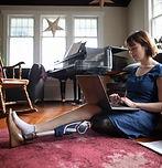 노트북을 사용하는 수족의 여성