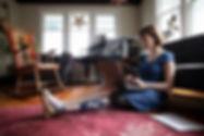 Mulher, com, amputado, usando computador