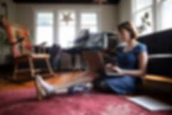 Mujer con amputado usando la computadora