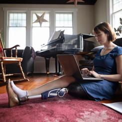 Žena s Amputee Používání notebooku
