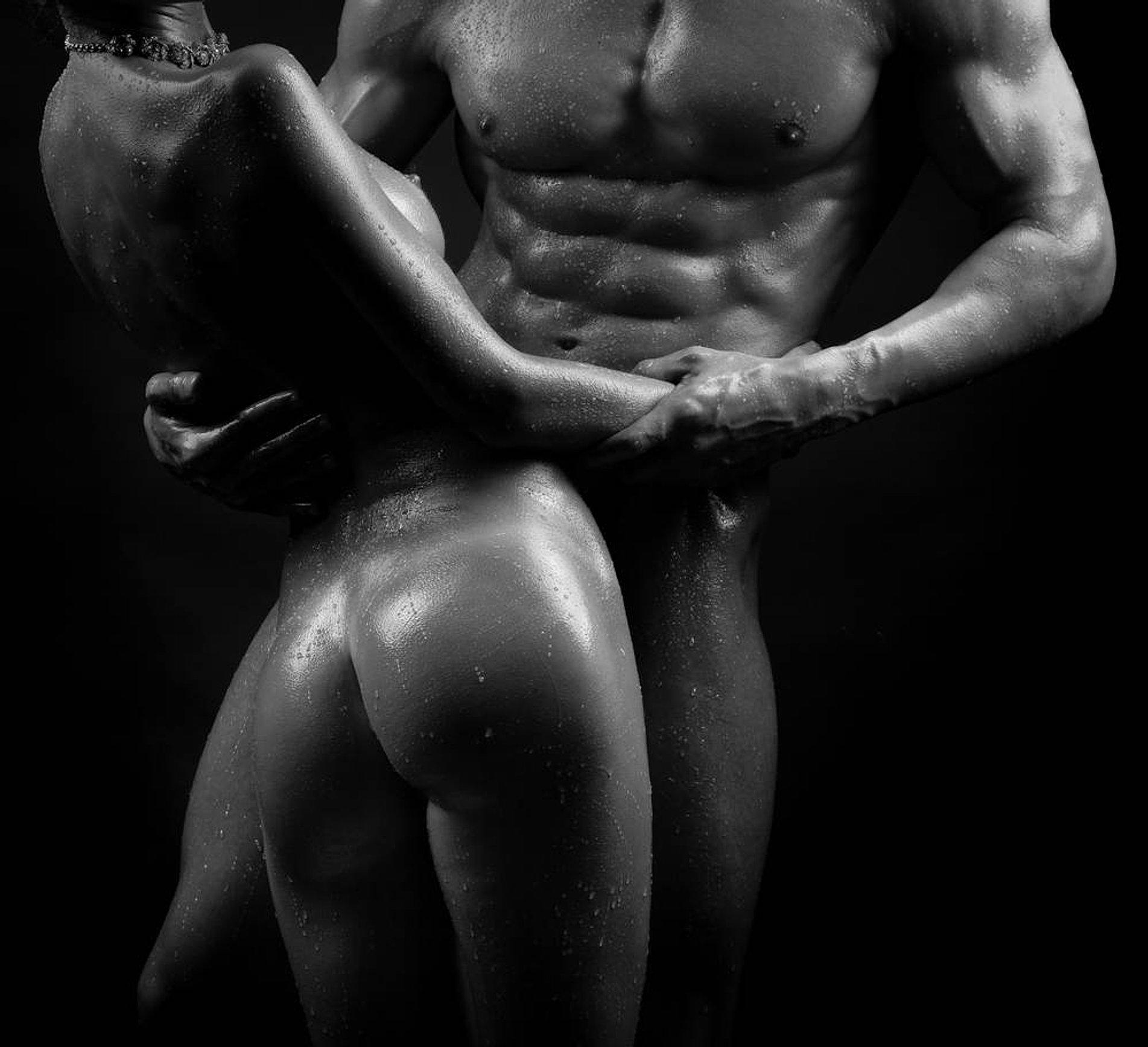 девушка изучает мужское тело эротика - 2