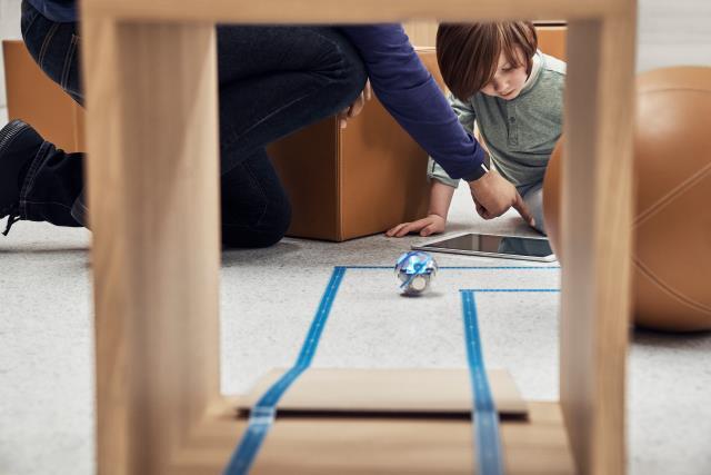 Kids Hour dá às mentes jovens a oportunidade de explorar a codificação com robôs Sphero, à medida que os navegam através de um labirinto desafiador.