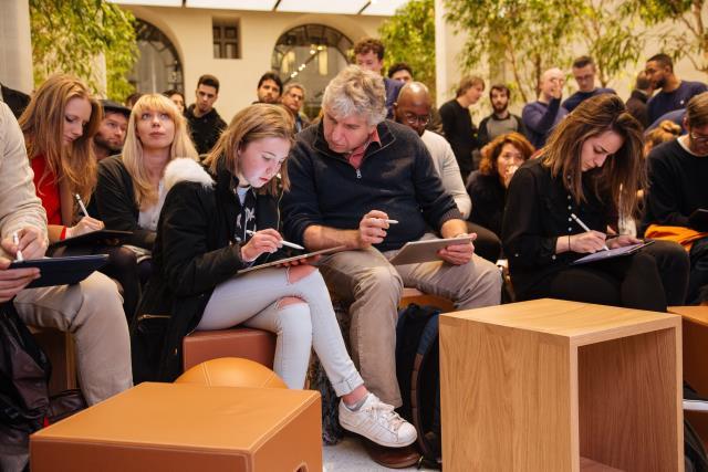 Durante uma sessão de hands-on membros da comunidade colocar novas técnicas para a prática no iPad Pro com Apple Lápis.