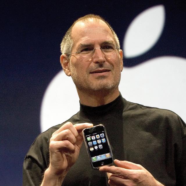 iPhone é apresentado por Steve Jobs em 9 de janeiro de 2007