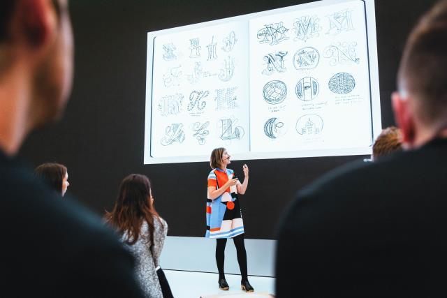 Jessica Hische compartilha sua perspectiva e técnicas durante uma sessão de arte ao vivo.