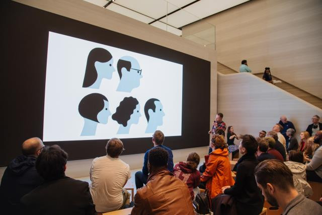 Os clientes gostam de sessões de arte ao vivo, aprender a criar no iPad Pro com lápis da Apple com artistas talentosos como Adrian Johnson.