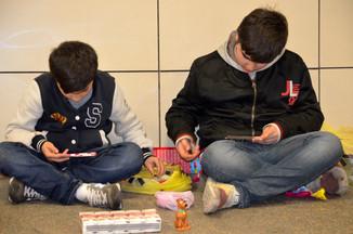 metroda tombala oynayan çocuklar