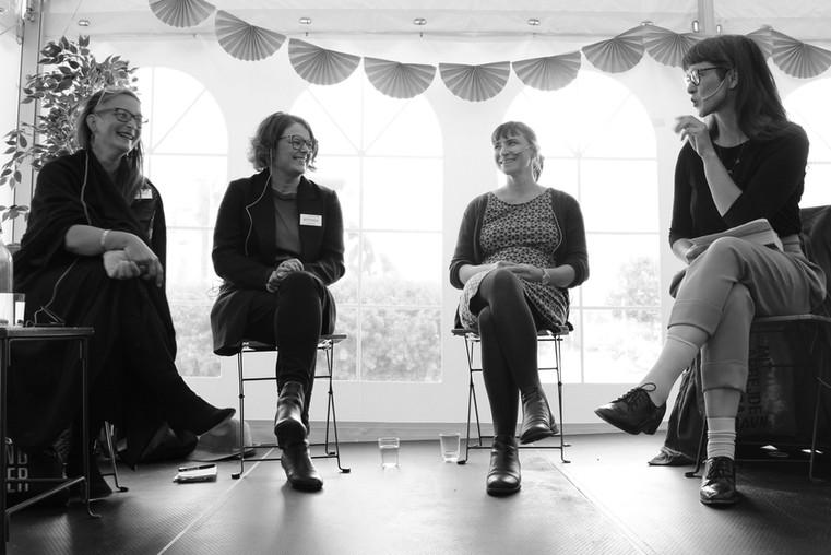 DRAMATIKERNE BAK VINNERTEKSTENE Tale Næss, Ellisiv Lindkvist og Nelly Winterhalder i samtale med Elin Grinaker Foto: Vera Lunde