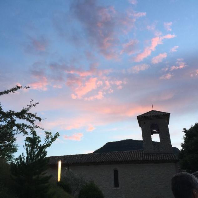 le clocher de l'église du village