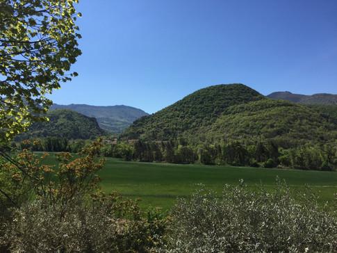 on aperçoit Montaulieu entre les deux collines