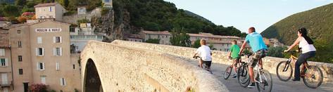 vélo sur le pont roman de Nyons