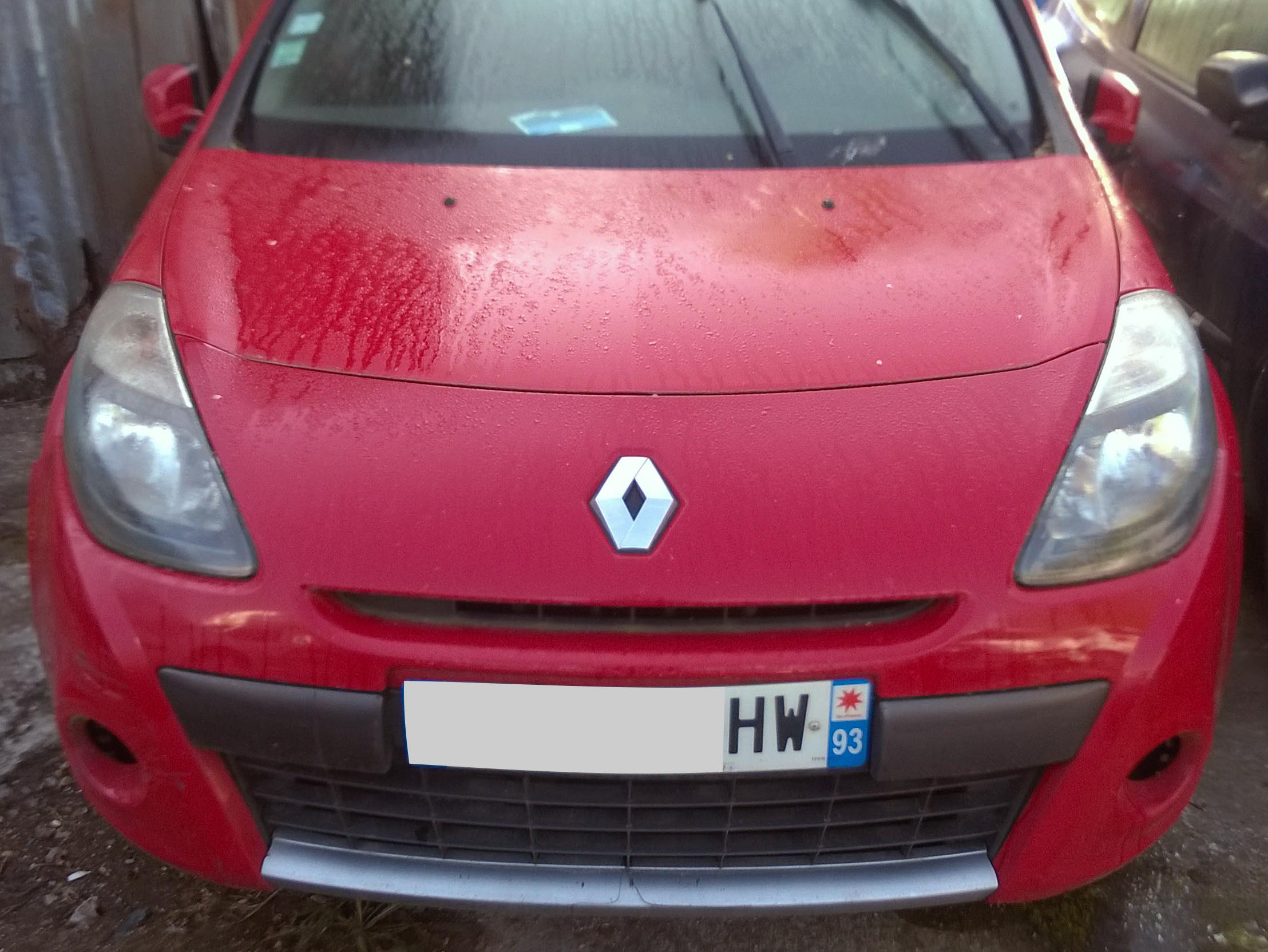 Clio rouge 1.5 DCi accidentée