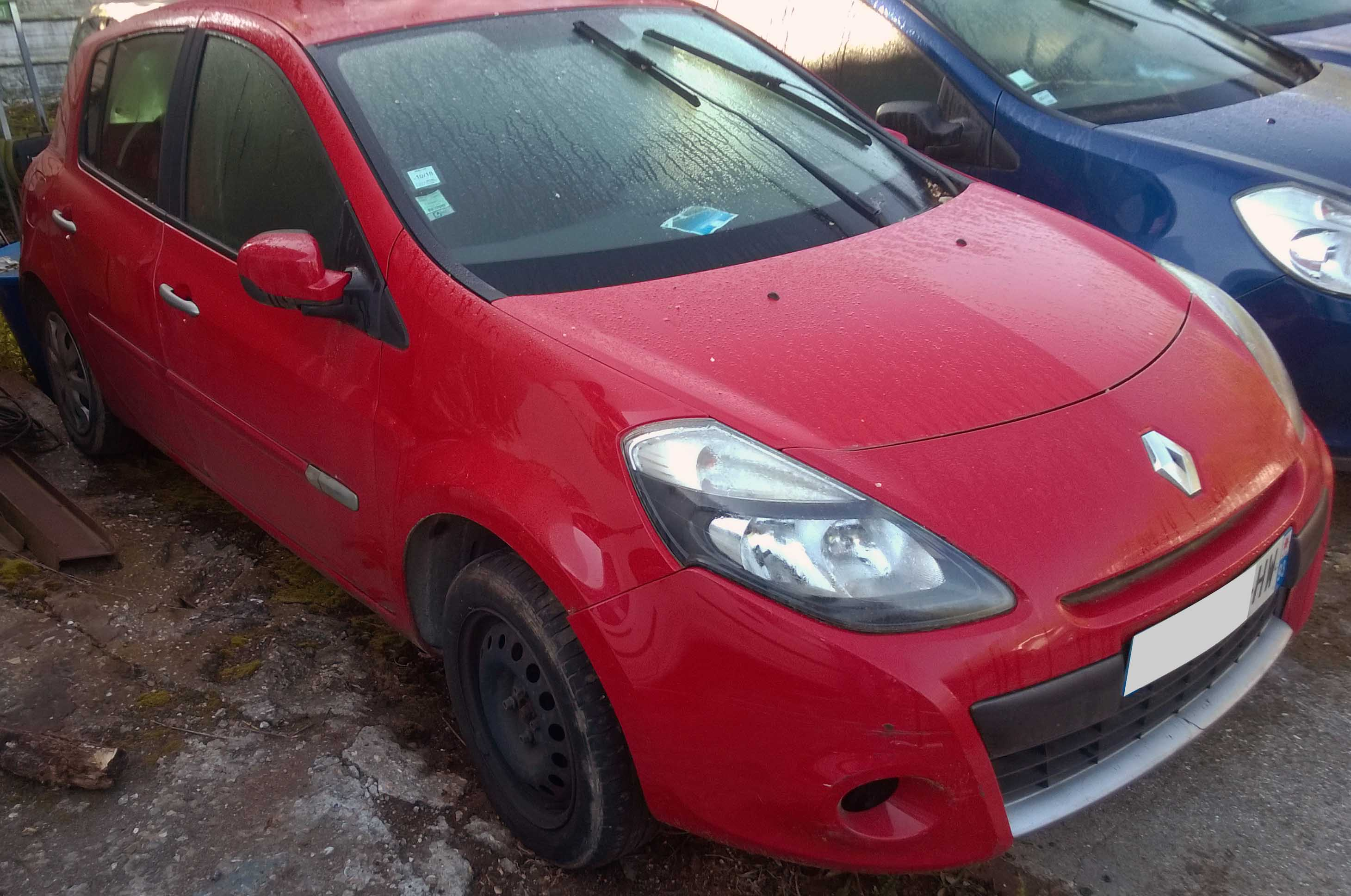 Clio rouge 1.5 DCi accidentée