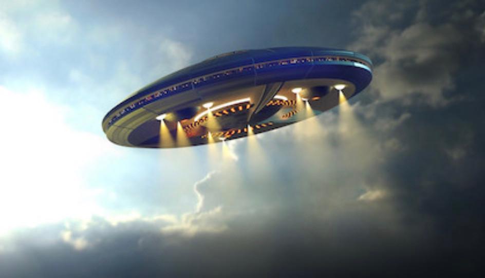 「謎の円盤UFO」  土曜8時と言えば ドリフの「8時だよ全員集合!」なのだが 実は裏番組はこれだった。  「謎の円盤UFO」。  どっちも見たいから チャンネルをガチャガチャ回して見てた。 なのでドリフはともかくUFOの方は まったく内容が分からなかった。  結局、その後の再放送で理解できたのだが。  沈着冷静なストレイカー大佐や 綺麗なおねーさん達に憧れたなぁ。 サンダーバードの音楽が使われているところも 痺れた。製作者が一緒なのだ。  もう1つ、これはもっと古いが 「マイティジャック」。 これもドリフの裏だった。  ただこっちは 1クールでドリフに負けを認めて 7時台に移行していった。 (実はこっちの裏は「巨人の星」。(;_;))  残念なことに 円谷さん肝いりの本格大人向け 特撮SF1時間番組だった本作は 7時台移行にともなって 「戦え!マイティジャック」という 子供向けの30分番組になってしまった。  気に入って見てた僕たちは 子供ながらに落胆したなぁ‥。  ただ、音楽は素晴らしかった!  作曲編曲、富田勲さんなのだ! 今でもときどき聴いているが カッコいい!!色あせない!!  ところでUFO。  小学5年の初夏の夕方、 外には近所のおっさんやおばはん達が まったり立ち話している。  「今日の陽は長いな。」とおっさんが言う。 確かに、もうそろそろ7時だ。  あれ?確かさっき一回、陽は沈んだはずだけど。 と思って山の上にある夕陽を見てたら 突然、音もなく消えた! そしてあたりは薄暗くなり 日枝中の野球の照明がはっきり見えた。  そしたらそこらにいたおっさん達 「こんなこともあるでな。」 と平然と言い放ち家へ帰っていった。  「こんなことは人生でも何度もない!」 と一人思ったshing118少年でした。  ちゃんちゃん。