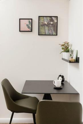 שולחן בחדר הישיבות והסדנאות