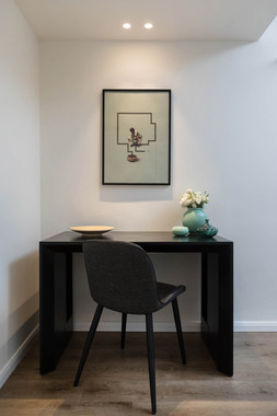 שולחן עבודה בחדר ייעוץ