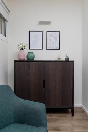 תמוונת על קיר חדר השיחה