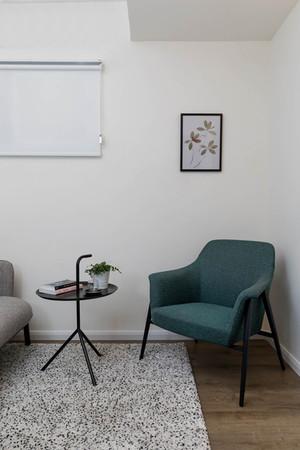 כורסא בצבע ירוק בחדר ייעוץ