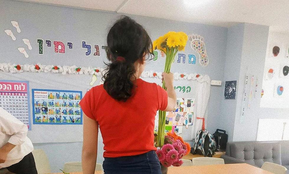 ילדה עם זר פרחים לכבוד התחלת שנת הלימודים